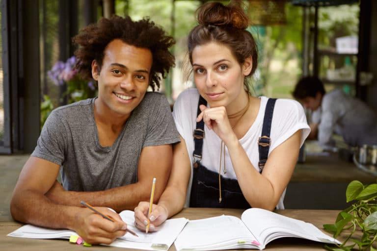 Schüler lernen gemeinsam